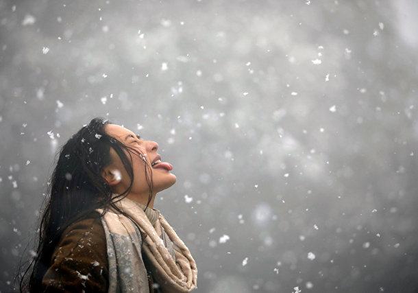 Женщина во время снегопада в Катманду