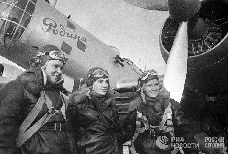 24 - 25 Сентября 1938 года Полина Осипенко, Валентина Гризодубова и Марина Раскова перед полетом