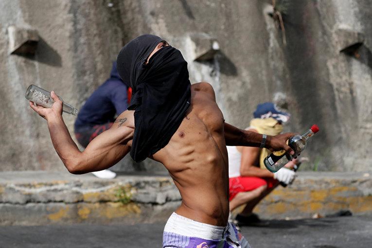 Демонстрант во время протестов в Каракасе, Венесуэла