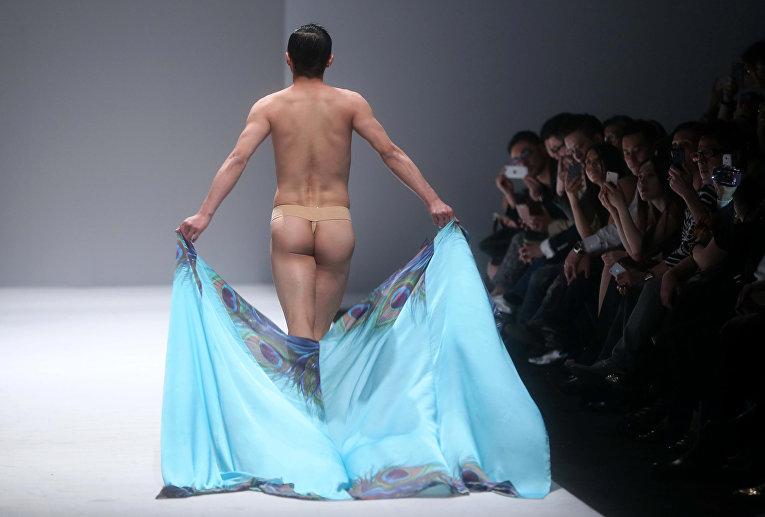 Модель во время показа недели моды в Пекине