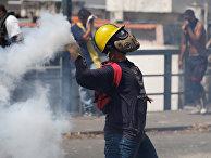 Участники акции протеста против правительства президента Венесуэлы Николаса Мадуро в Каракасе