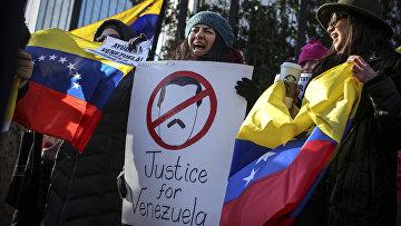 Венесуэльцы принимают участие в акции протеста перед зданием ООН 26 января 2019 года в Нью-Йорке