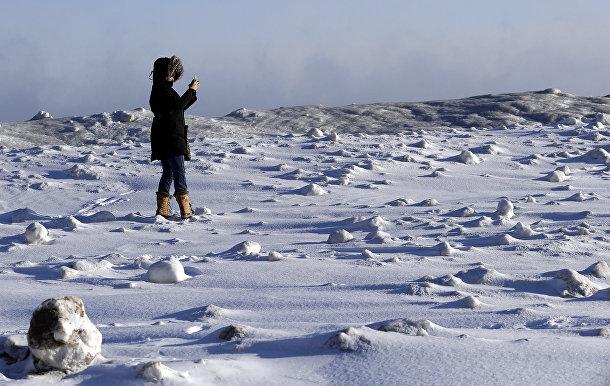 Женщина на берегу озера Мичиган в Эванстоне