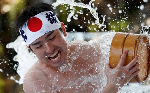 Обливания холодной водой во время ежегодной церемонии в Токио