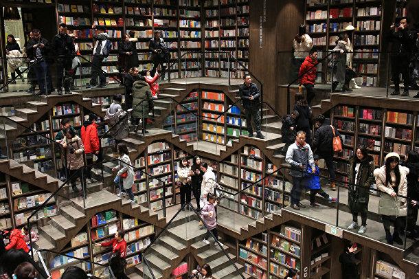 Посетители книжного магазина в Чунцине