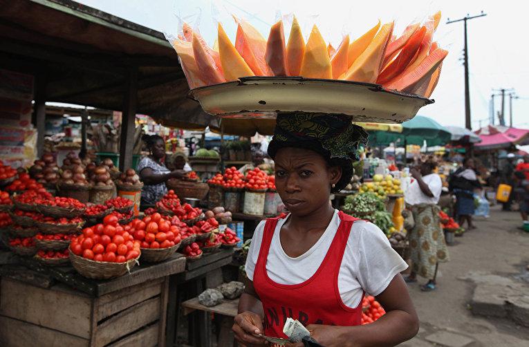 Женщина на рынке в Лагосе, Нигерия