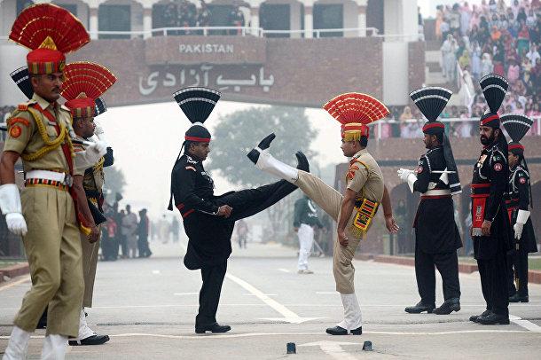 Пакистанские (черная форма) и индийские пограничники во время церемонии на пограничном посту