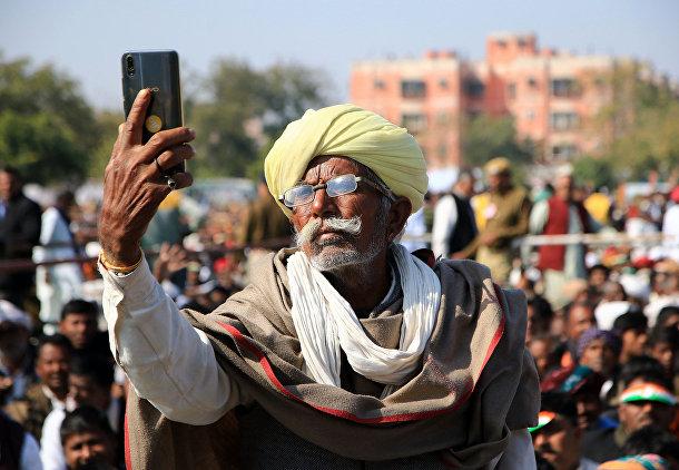 Индийский фермер делает селфи в Джайпуре