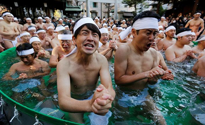 Японцы молятся в холодной воде ради очищения душ