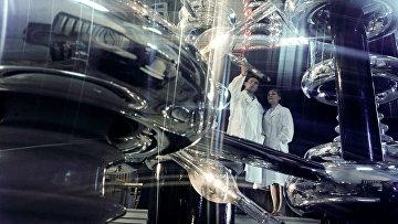 В лаборатории сверхвысоковольтной электронной микроскопии и электронографии Института радиационной и физико-химической биологии Академии наук СССР