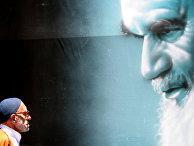 Плакат с изображением покойного лидера Ирана Рухоллы Хомейни в Тегеране
