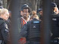 Задержанный полицией мужчина у здания парламента в Лондоне
