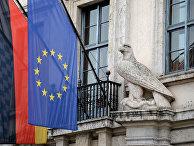 Флаги Баварии, Германии и Евросоюза на правительственном здании