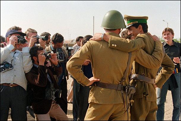Солдат Красной Армии и офицер афганской армии позируют для прессы в центре Кабула