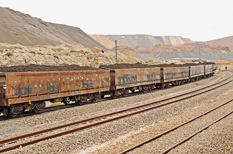 Поезд груженный фосфоритом в Метлауи, Тунис