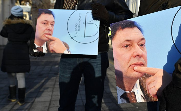 Участники пикета в поддержку руководителя портала РИА Новости Украина Кирилла Вышинского