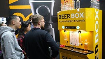 Аппарат для автоматического розлива пива в пластиковые бутылки на Международной выставке индустрии напитков