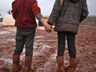 Сирийские дети во временном лагере недалеко от города Батабу