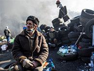 Сторонник радикальной оппозиции на баррикаде Институтской улицы в Киеве