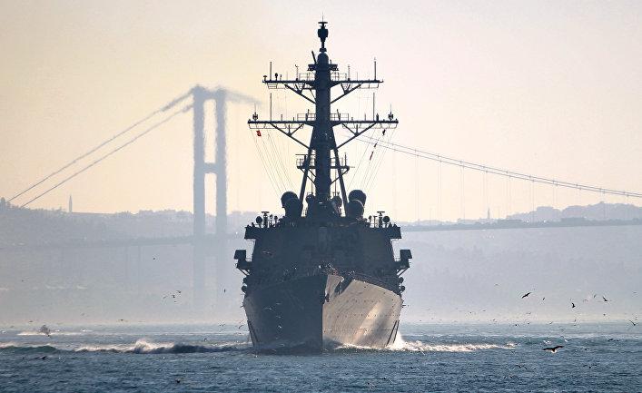 Ракетный эсминец ВМС США «Дональд Кук» плывет в Босфор на пути в Черное море