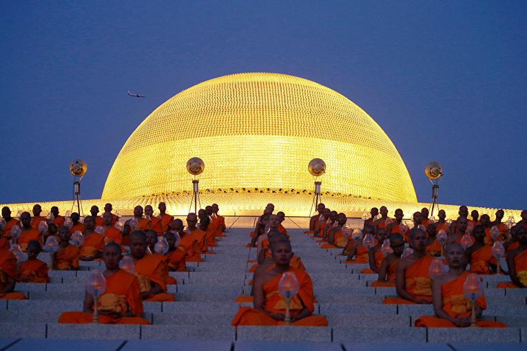 Буддийские монахи молятся в храме Ват Пхра Дхаммакая