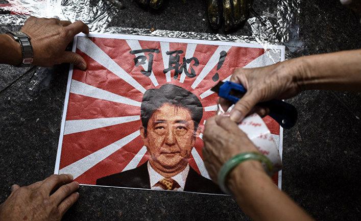 Портрет премьер-министра Японии Синдзо Абэ во время акции протеста