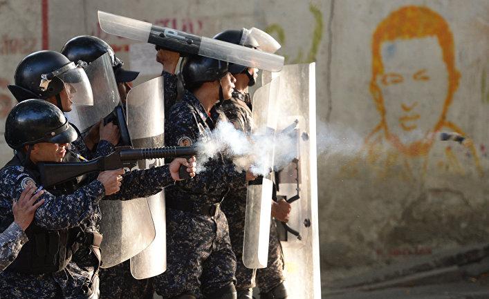 Столкновение ОМОНа с антиправительственными демонстрантами в районе Лос-Мецедорес, Каракас