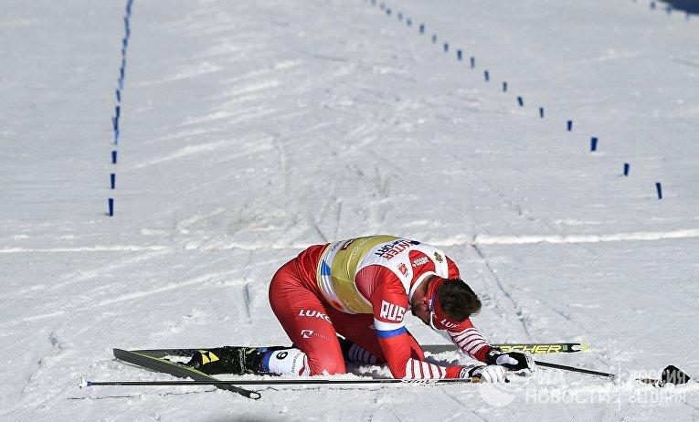 Сергей Устюгов (Россия) после финиша на дистанции скиатлона во время соревнований по лыжным гонкам среди мужчин на чемпионате мира-2019 по лыжным видам спорта в австрийском Зеефельде