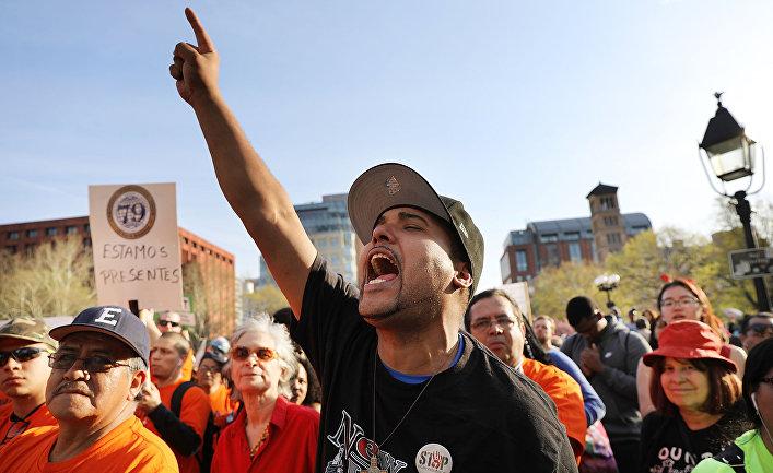 Участники первомайской демонстрации в Нью-Йорке, США