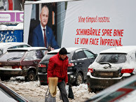 Мужчина идет возле плаката gрезидента Республики Молдова Игоря Додона в центре Кишинева