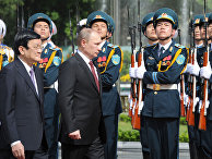Президент России Владимир Путин и президент Вьетнама Чыонг Тан Шанг на церемонии официальной встречи на площади перед Президентским дворцом в Ханое