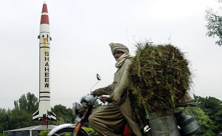 Местный житель проезжает мимо пакистанской баллистической ракеты «Шахин» в Исламабаде