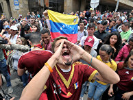 Демонстранты во время акции протеста против президента Венесуэлы Николаса Мадуро в Боготе, Колумбия