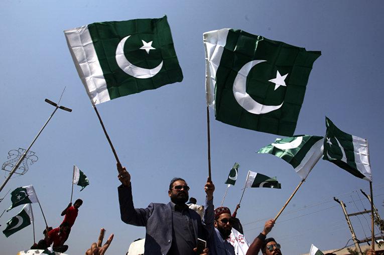 Участники демонстрации в поддержку действий пакистанских военных в Лахоре, Пакистан
