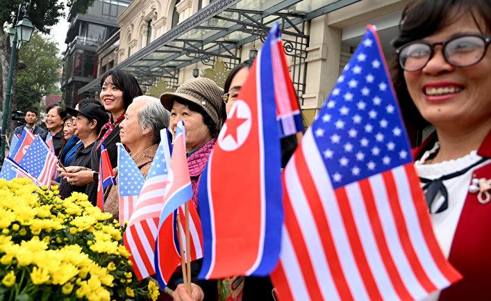 Люди приветствуют лидеров США и КНДР в Ханое