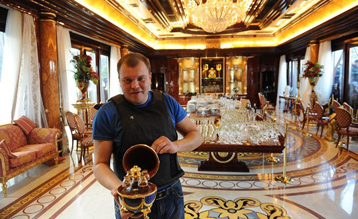Активист Майдана демонстрирует богатства Виктора Януковича вего резиденции «Межигорье»