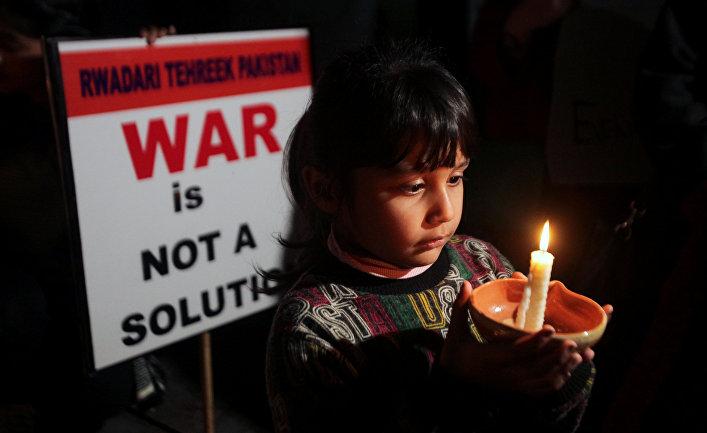 Девочка со свечой на марше за мир в Южной Азии, Лахор, Пакистан
