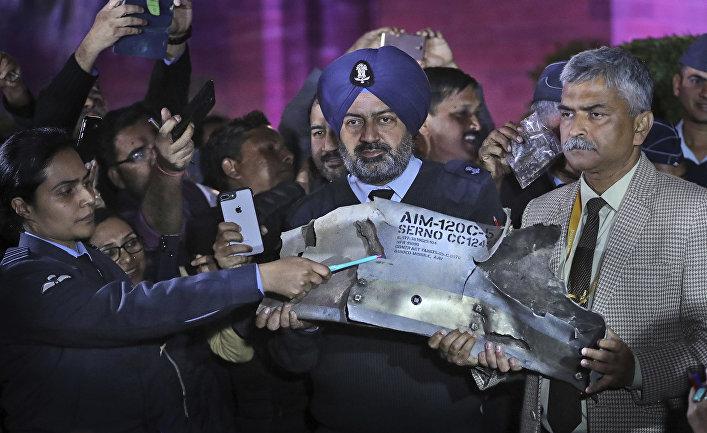 Военные чиновники демонстрируют часть ракеты «воздух-воздух» AMRAAM