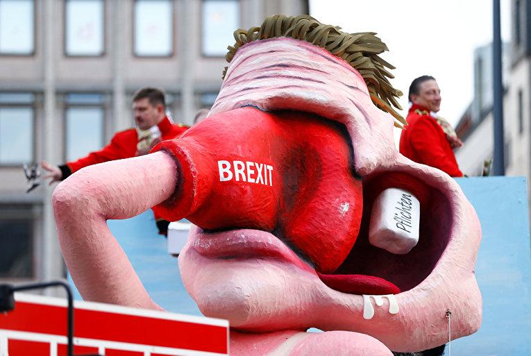 Фигура, изображающая британского туриста, бьющего себя боксерской перчаткой с надписью Brexit