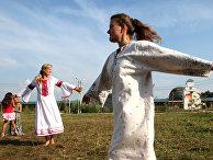 """Девушки танцуют в культурно-образовательном туристическом центре """"Этномир"""""""