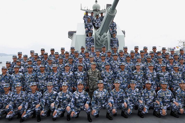 Китайский лидер Си Цзиньпин в камуфляжной форме (в центре) позирует с солдатами Народно-освободительной армии Китая