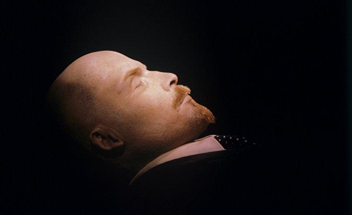 Тело Владимира Ильича Ленина в Мавзолее на Красной площади