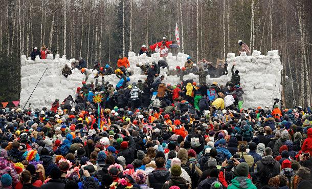Штурм снежной крепости на Масленицу под Москвой