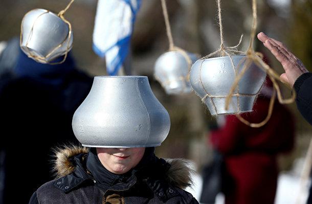 Участники праздничных гуляний в Белорусском государственном музее народной архитектуры и сельского быта в селе Озерко, Белоруссия