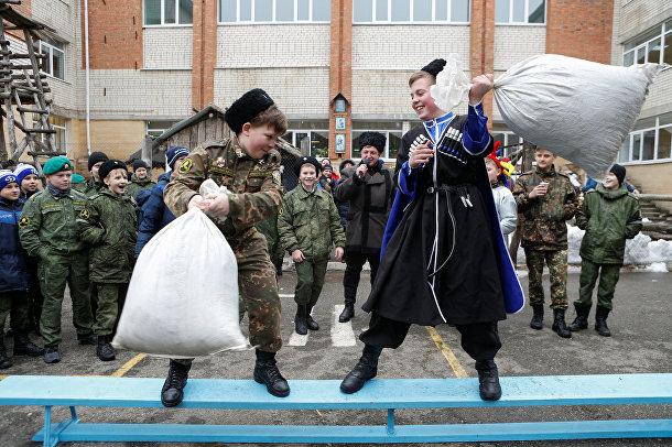 Студенты кадетской школы имени генерала Ермолова дерутся на подушках