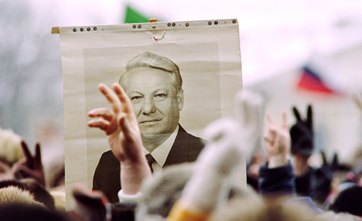 Сторонники Бориса Ельцина во время акции в Москве