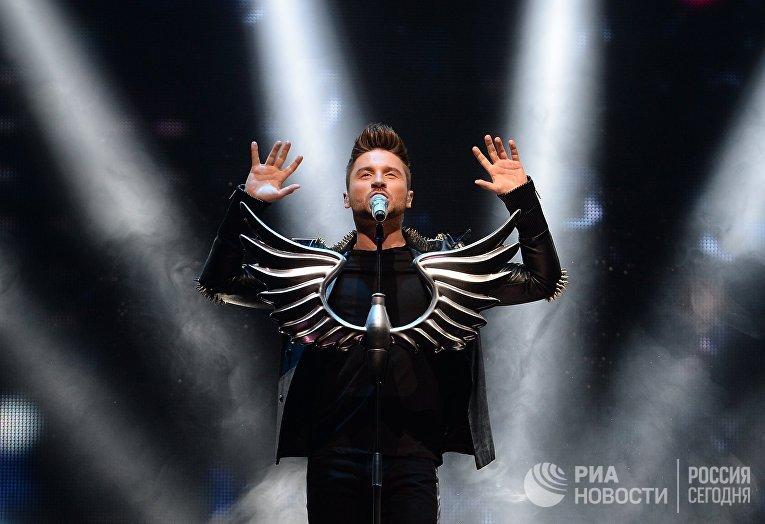 Певец Сергей Лазарев выступает на концерте