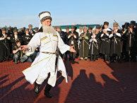 Национальные танцы перед зданием Правительства Чеченской республики