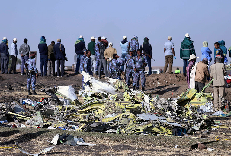 Эфиопские полицейские на месте крушения самолета Ethiopian Airlines Flight недалеко от города Бишофту