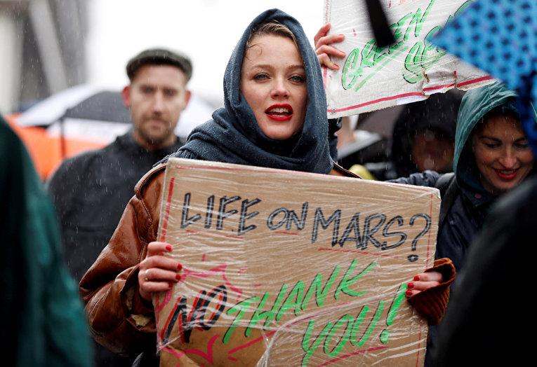 Участники акции протеста, требующие принятия срочных мер по борьбе с изменением климата, в центре Амстердама, Нидерланды.